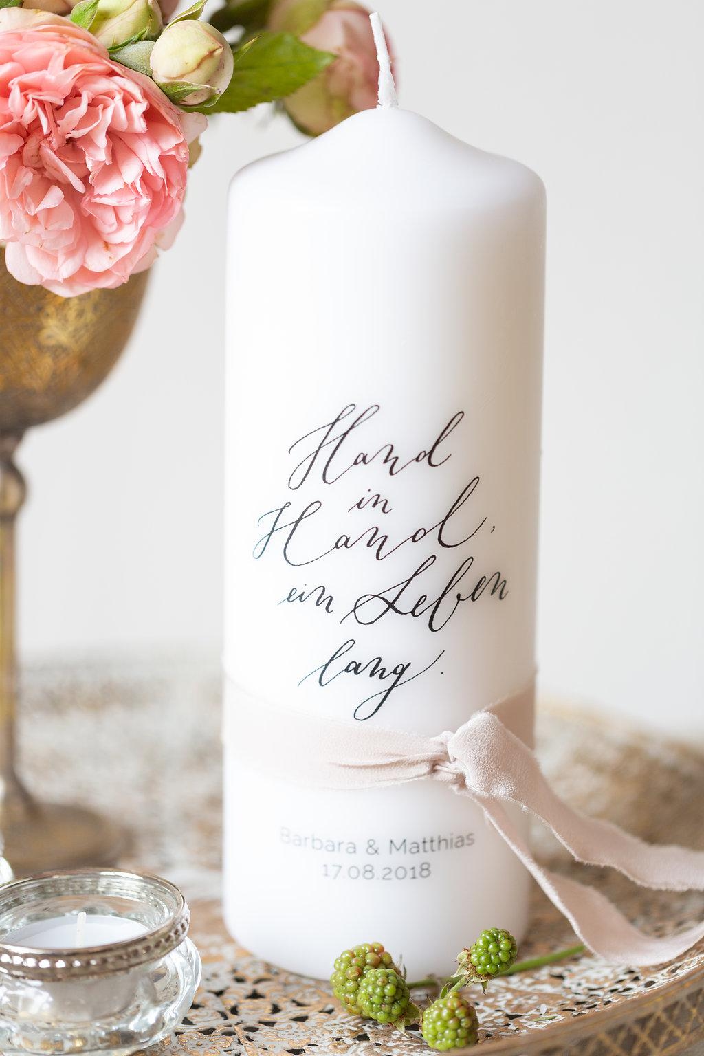 personalisierte hochzeitskerze kalligrafie hand in hand ein leben lang the little wedding. Black Bedroom Furniture Sets. Home Design Ideas
